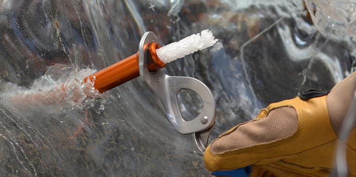 Вкручивание ледобура в лед