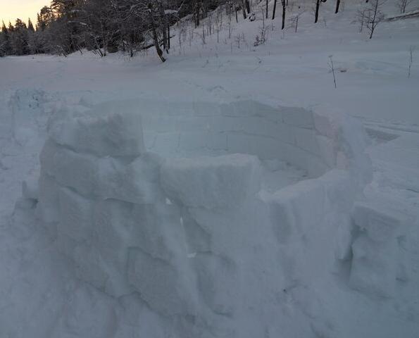 Иглу из снежных «кирпичей»