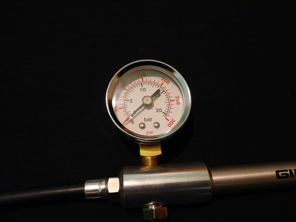 Аналоговый манометр вилочного насоса GIYO GS-01