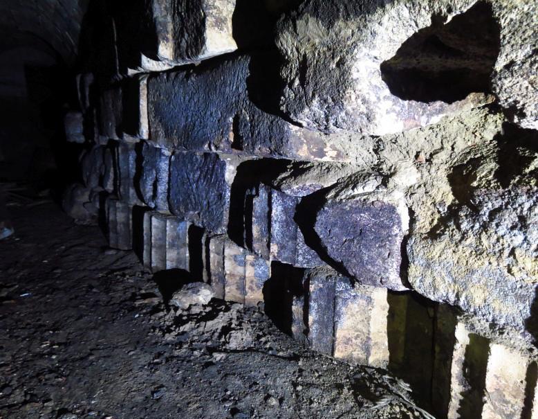 Фрагменты стен водовода из древнегреческих колонн